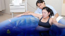Persalinan dengan Metode Water Birth - majalahkartini.co.id